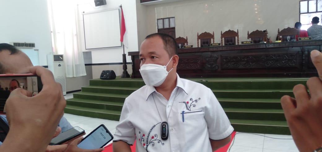 Ketua DPRD Kota Pematangsiatar, Timbul Lingga, saat menemui wartawan usai usai rapat paripurna, Selasa (5/10/2021). FOTO: Matius Gea/Lingkar.co
