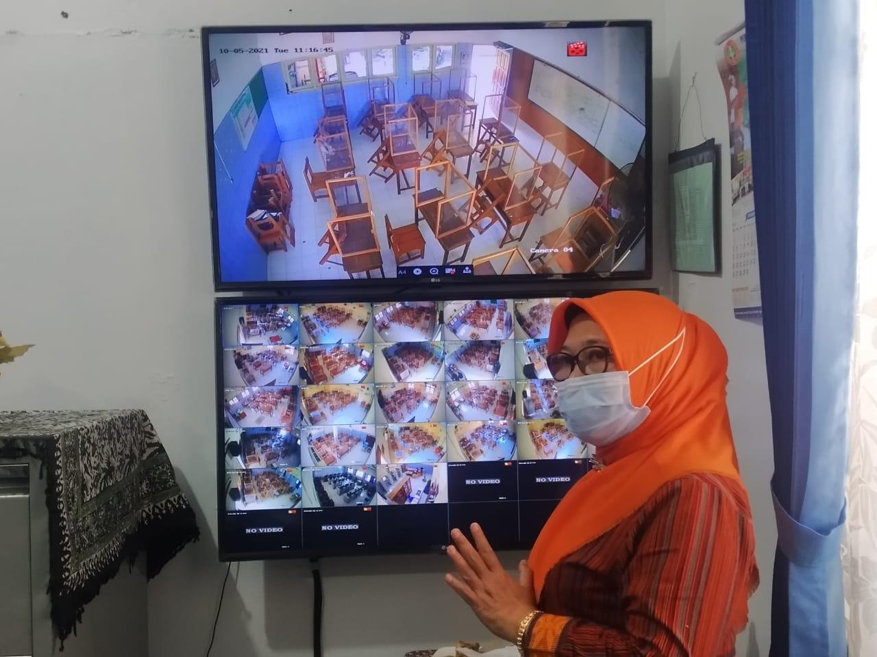 Kepala SMP Negeri Kota Semarang, Aminah Kurniasih, saat menjelaskan aturan PTM di sekolahnya, Selasa (5/10/2021). FOTO: Tito Isna Utama/Lingkar.co