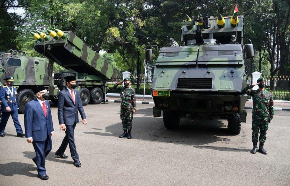 Presiden Jokowi dan Wapres Ma'ruf Amin, meninjau pameran alutsista milik Negara di jalan sekitar Istana Kepresidenan Jakarta, dalam peringatan HUT Ke-76 TNI, Selasa (5/10/2021). FOTO: Kiriman BPMI Setpres/Lingkar.co