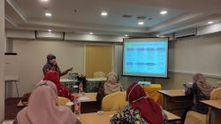 PRESENTASI: Pengawas SMP Disdikpora Kabupaten Kudus Fardhatun Ni'mah sedang melakukan presentasi terkait protokol kesehatan di hotel @HOM, Selasa (5/10).