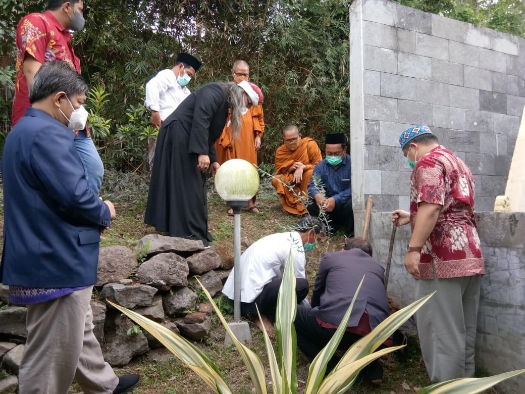 Proses penanaman pohon zaitun FKUB Jateng di pelataran Pastoran Johanes Maria Unika Soegijapranata, Senin (4/10/2021). REZANDA AKBAR D/LINGKAR.CO