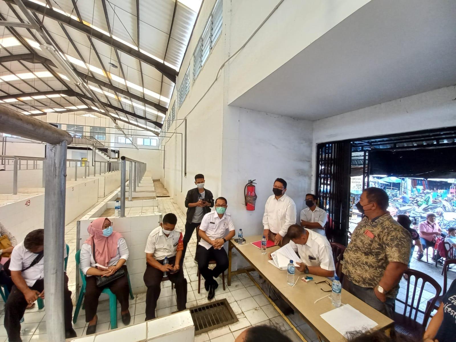 Plt Dirut PD PHJ Kota Pematangsiantar Toga Sehat Sihite (kemeja putih) saat Launching Pasar Rakyat Balairung Rajawali Siantar, Rabu (6/10/2021). FOTO: Matius Gea/Lingkar.co