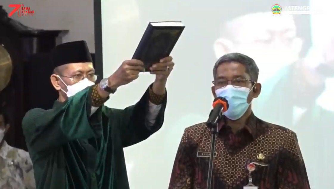 Sumarno, saat mengucapkan sumpah jabatan sebagai Sekda Jateng definitif, Jumat (8/10/2021), di Gedung Gradhika Bakti Praja, Semarang. FOTO: Tangkap layar/Lingkar.co
