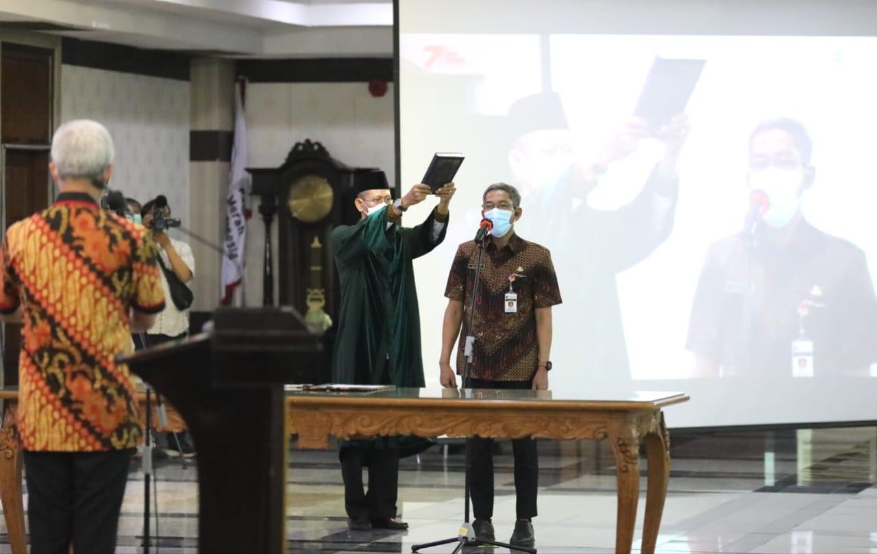 Gubernur Jateng, Ganjar Pranowo, saat melantik dan mengambil sumpah jabatan Sekda definitif, Sumarno, di Gedung Gradhika Bhakti Praja, kompleks kantor Gubernur Jateng. Jumat (8/10/2021). FOTO: Ist/Lingkar.co