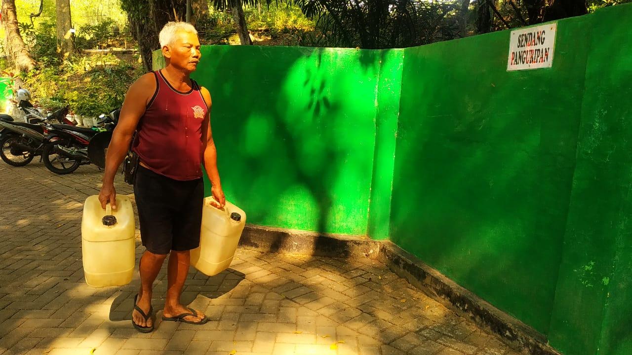 Seorang warga saat sedang ingin mengambil air di Sendang Panguripan. FOTO: Rezanda Akbar D/Lingkar.co