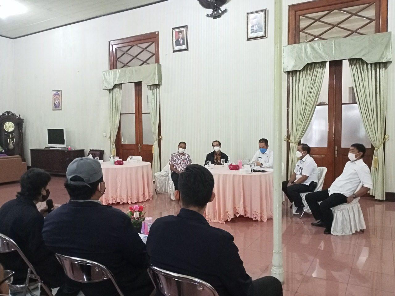 AUDIENSI: Bupati Kudus HM Hartopo Bersama Ketua Yayasan UMK dan Beberapa Mahasiswa Saat Audiensi di Pendopo