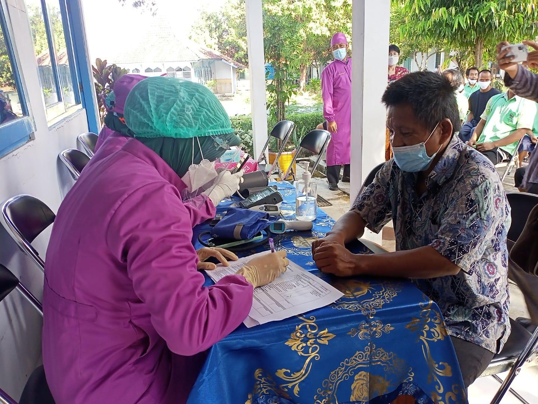 MENDAFTAR: Seorang lansia sedang mendaftar untuk mengikuti vaksinasi Covid-19 belum lama ini. NisaHS/Lingkar.co
