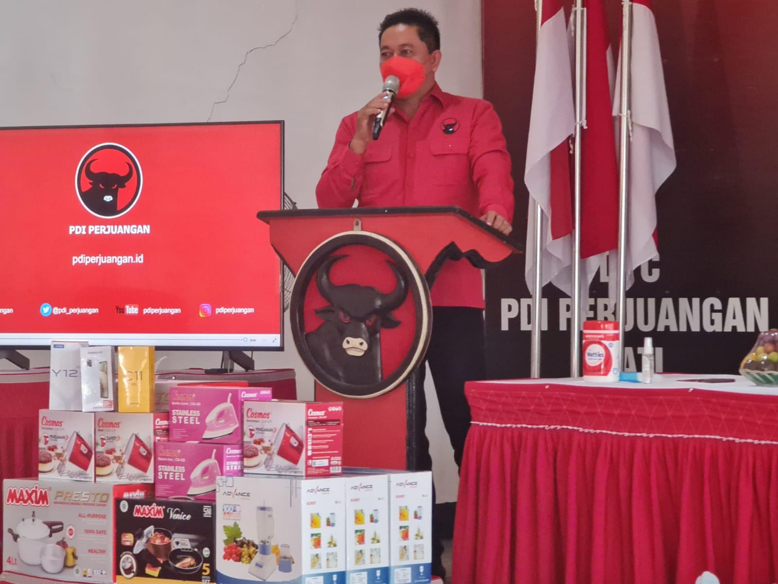 Ketua DPC PDIP Pati Ali Badrudin saat memberikan arahan dalam acara pendidikan politik untuk perempuan di Kabupaten Pati. Lingkar News Network/Lingkar.co